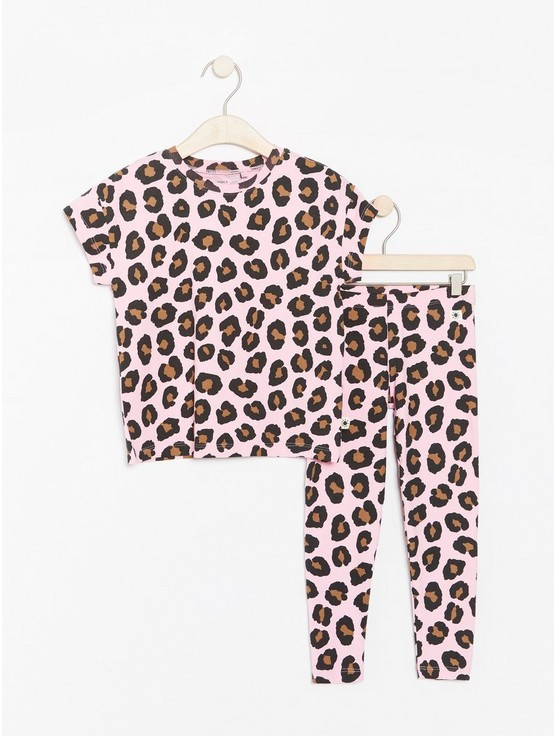 8470e4447253 Set with t-shirt and leggings with leopard print   Lindex.com