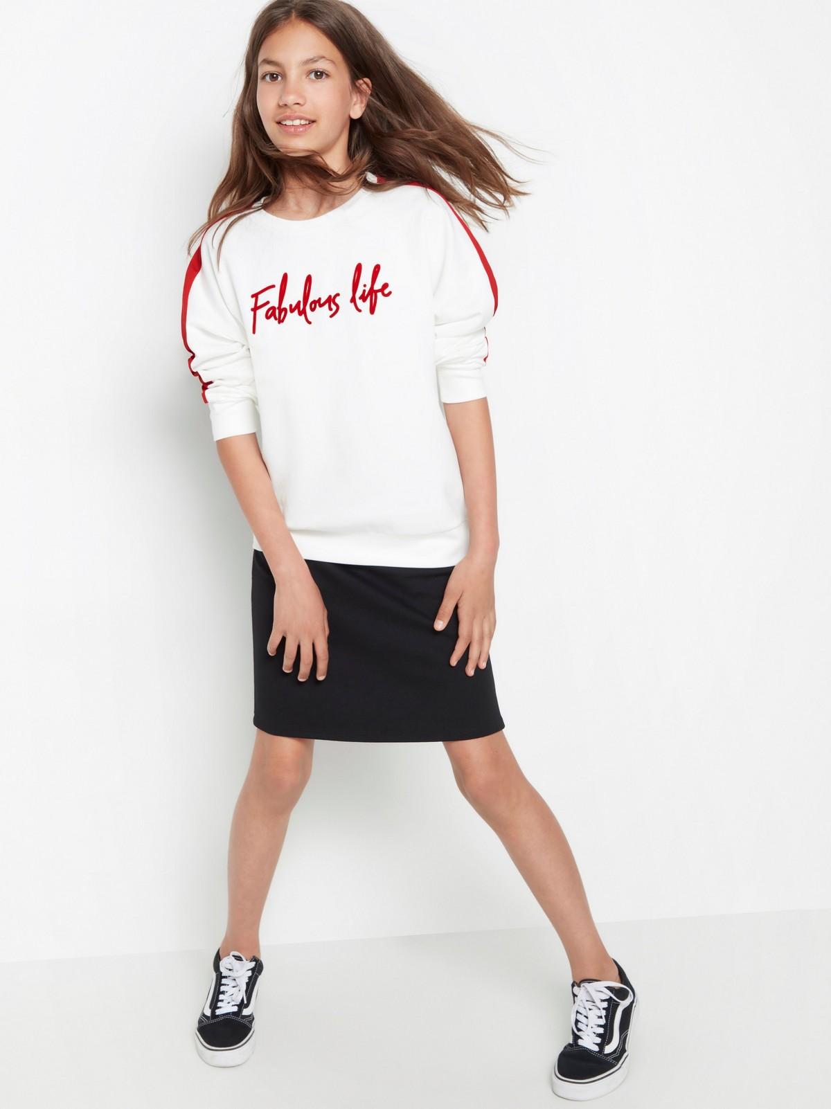 Hvit T skjorte med rødt trykk og striper på sidene | Lindex