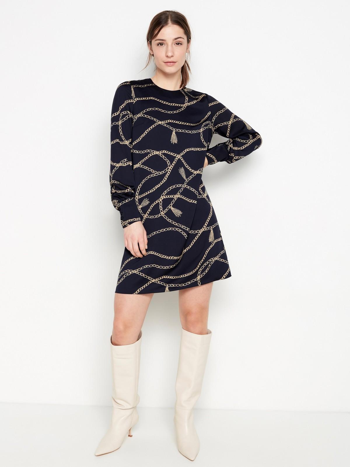 Marinblå klänning med mönster