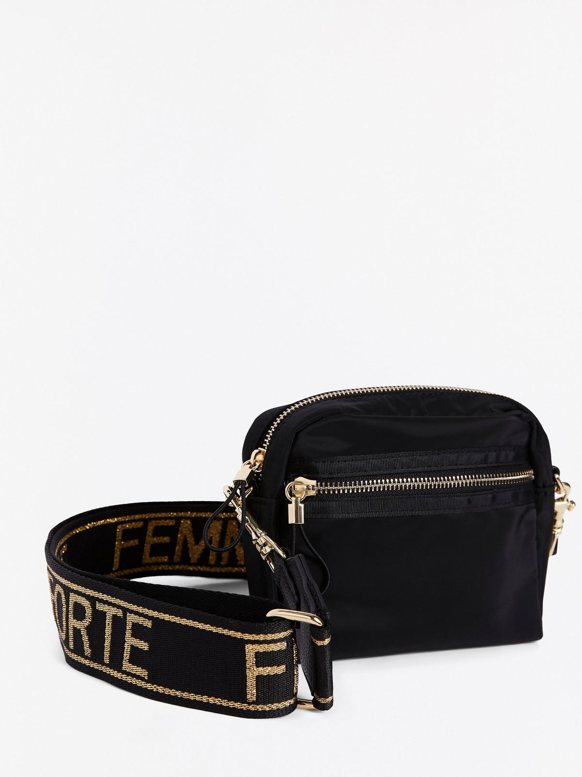 Liten svart väska med bred axelrem