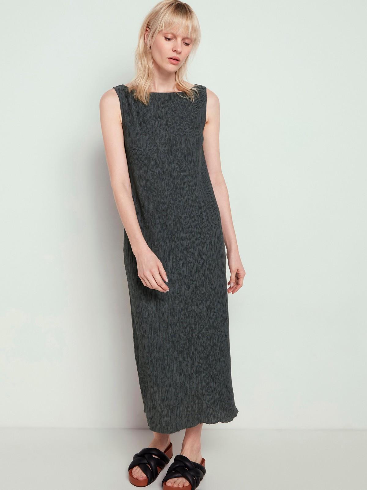Ärmlös båtringad klänning med struktur