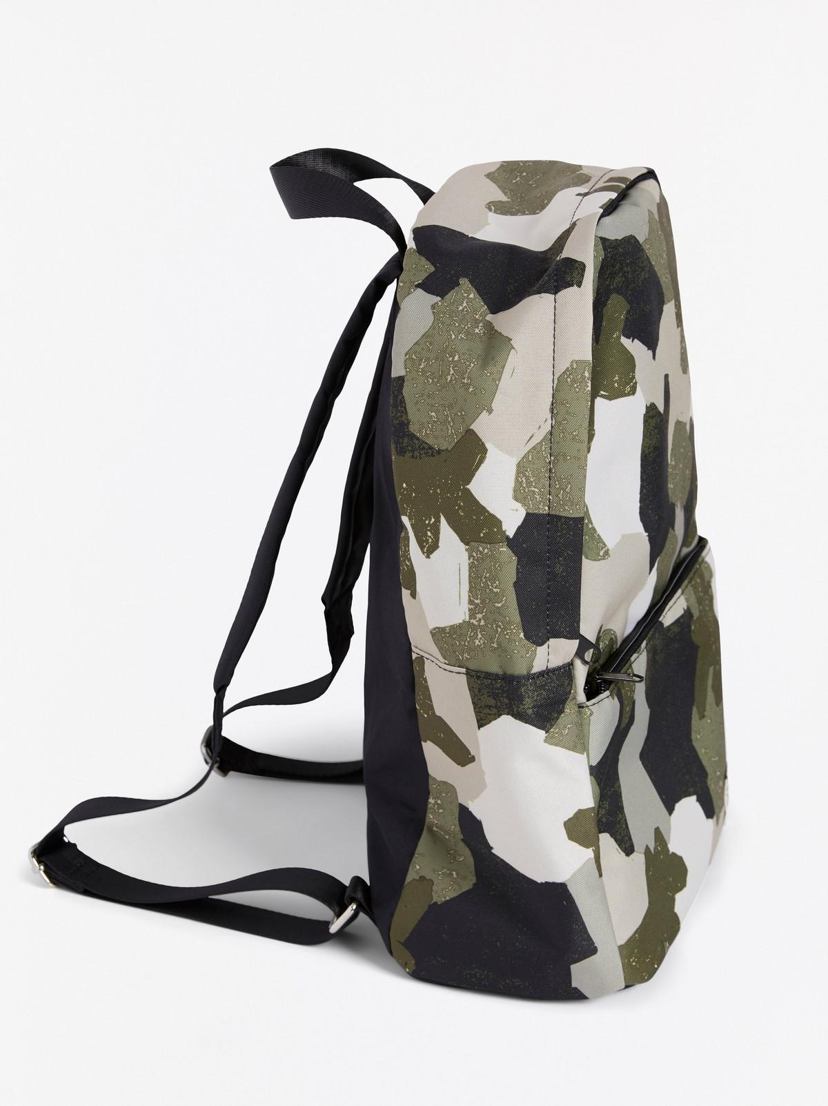 Ryggsäck med camouflage mönster