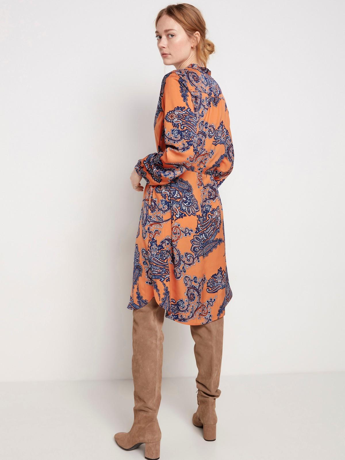 Orange klänning med paisleymönster