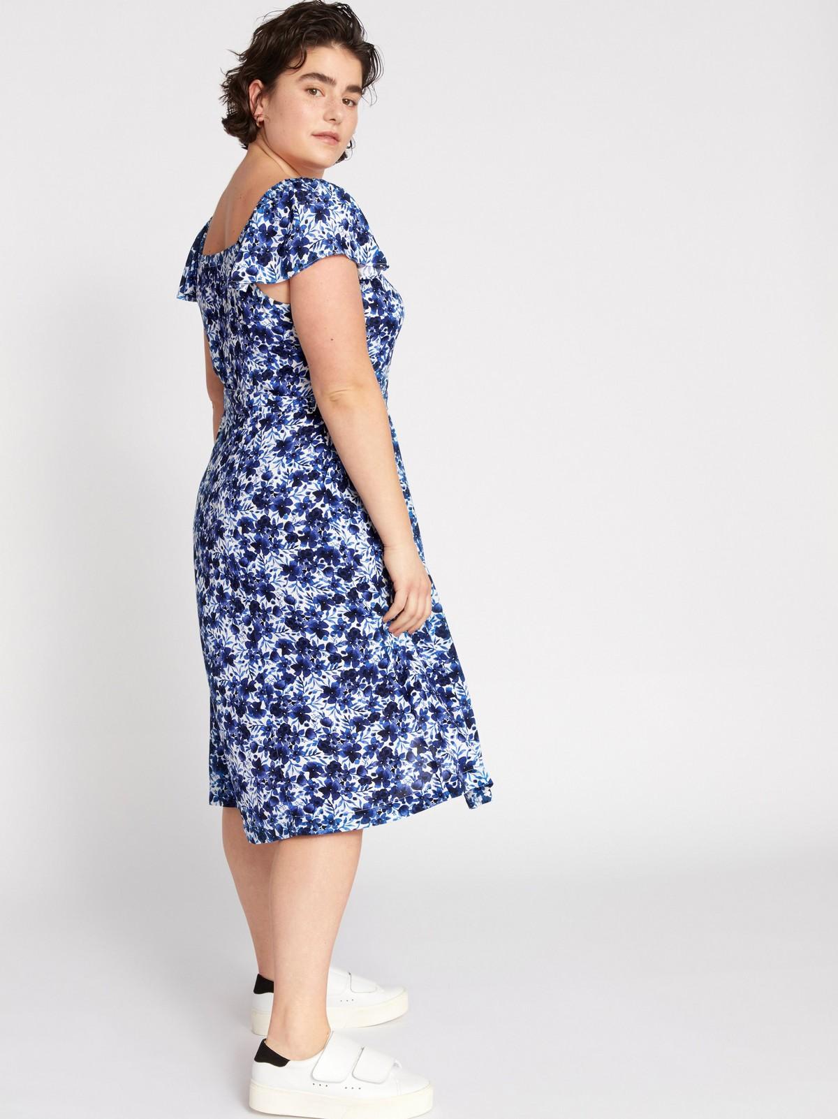 Blommönstrad klänning med knytskärp