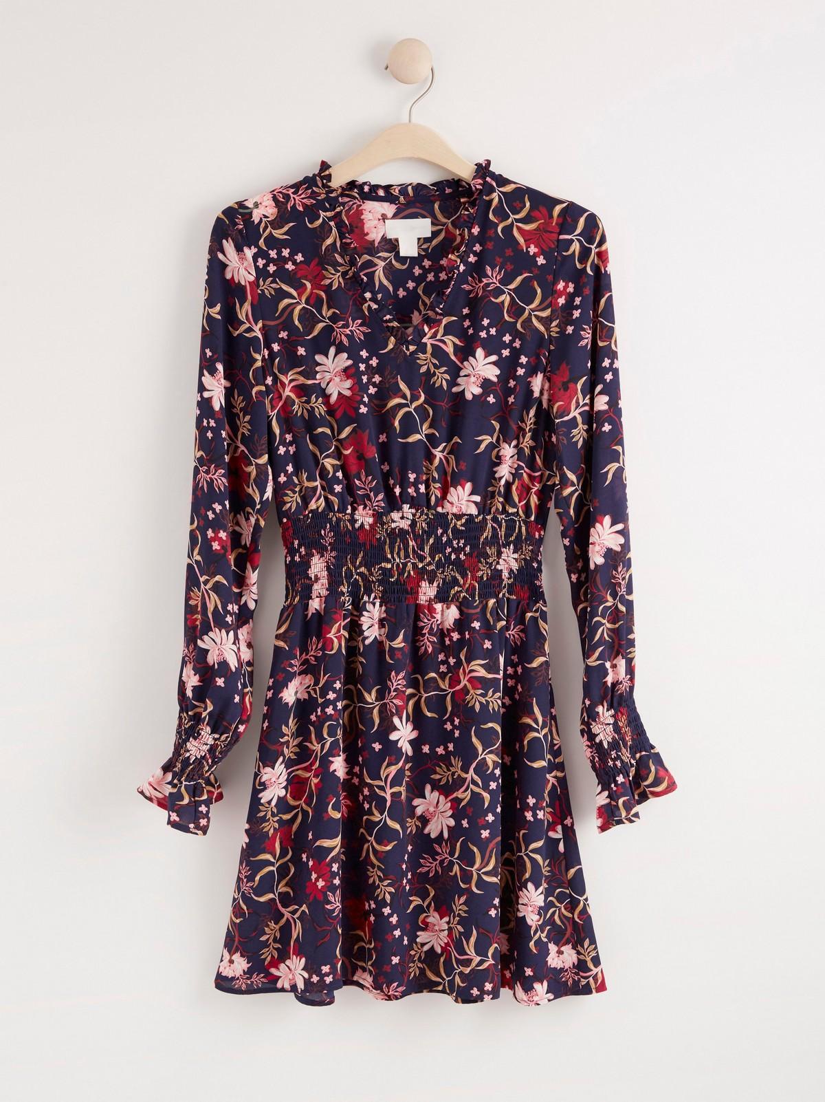 Blommönstrad klänning med volanger och smock