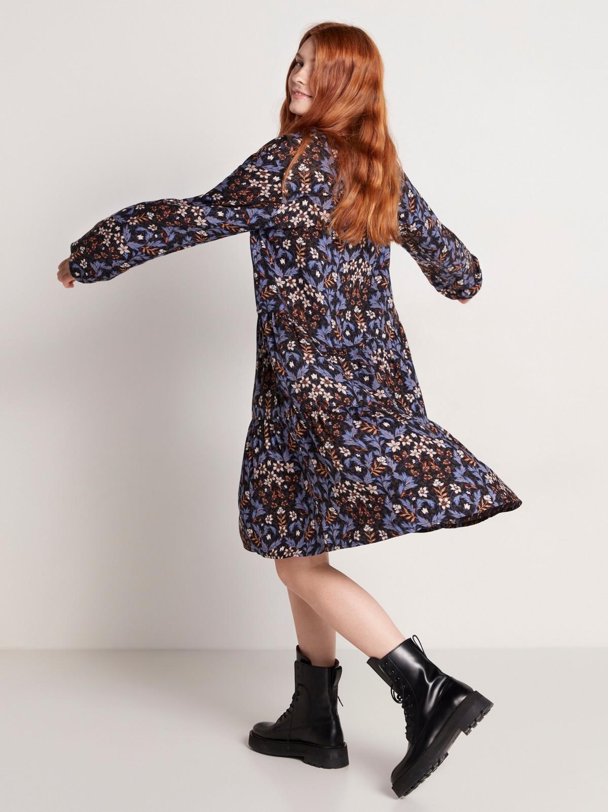 Blommig klänning med volang