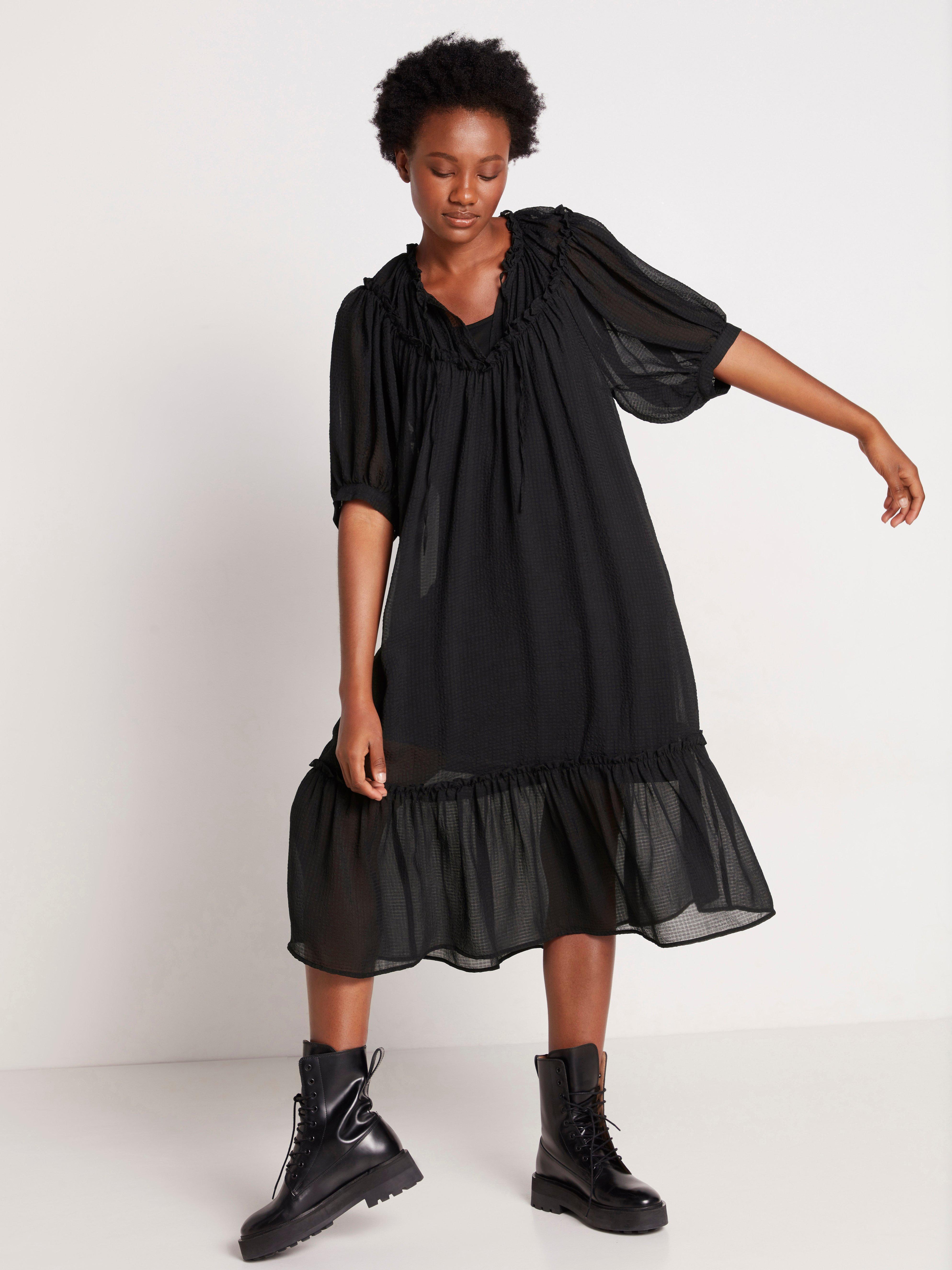 Musta puhvihihainen mekko