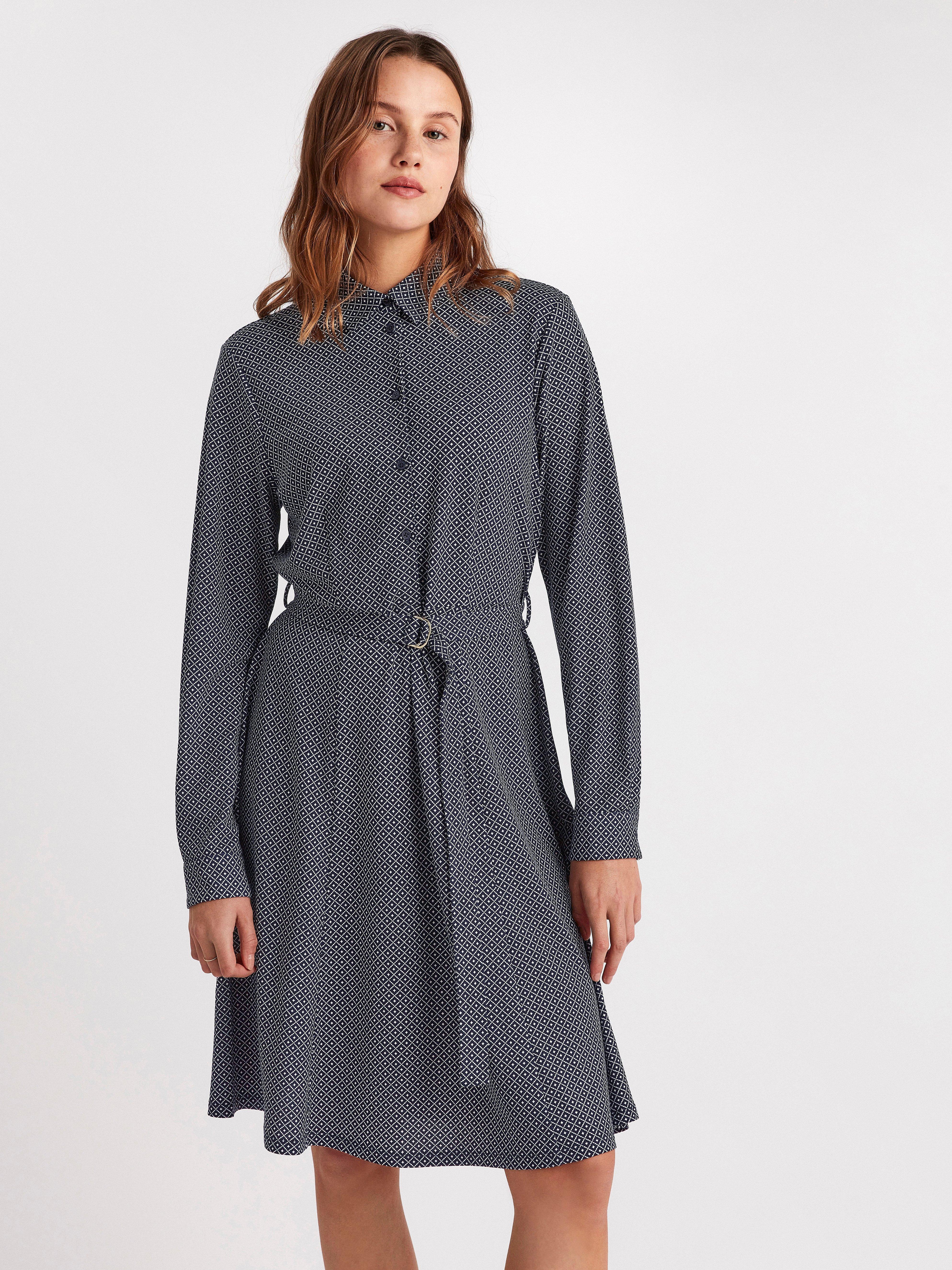 Pitkähihainen kuvioitu mekko