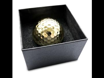 Einlochen wie ein Milliardär: Golfball in luxuriöser Goldoptik.