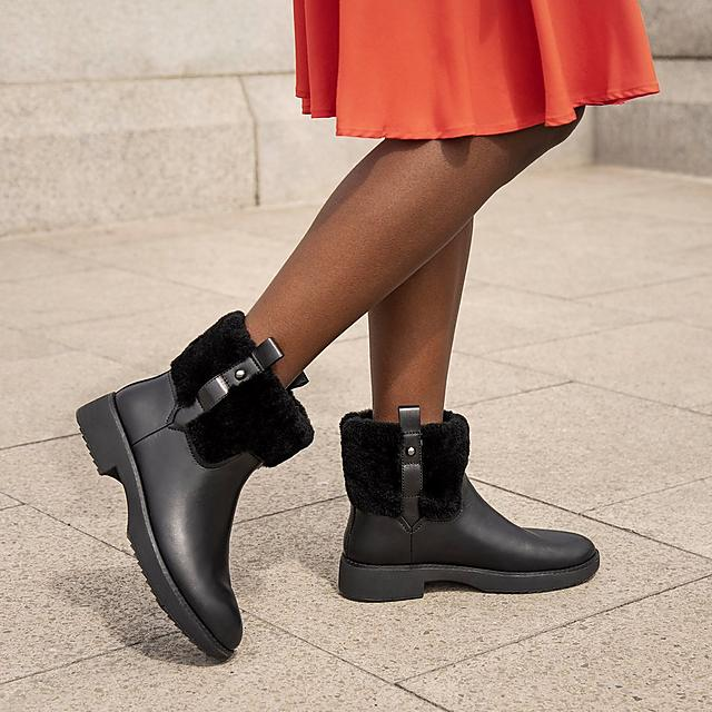 Fitflop Black leather boots with fur