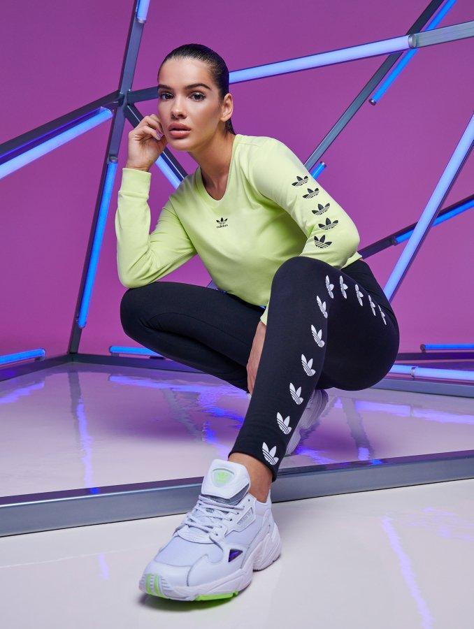 Mujer con ropa deportiva de Under Armour y hombre con look de Nike para el gimnasio