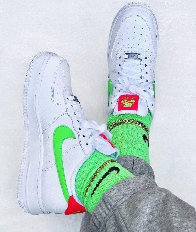 Influencer con sus zapatillas Nike Air Force