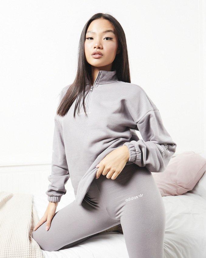 Mujer con mallas y camiseta larga de adidas Originals