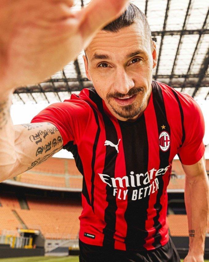 Primera equipación del AC Milan 2021-2022