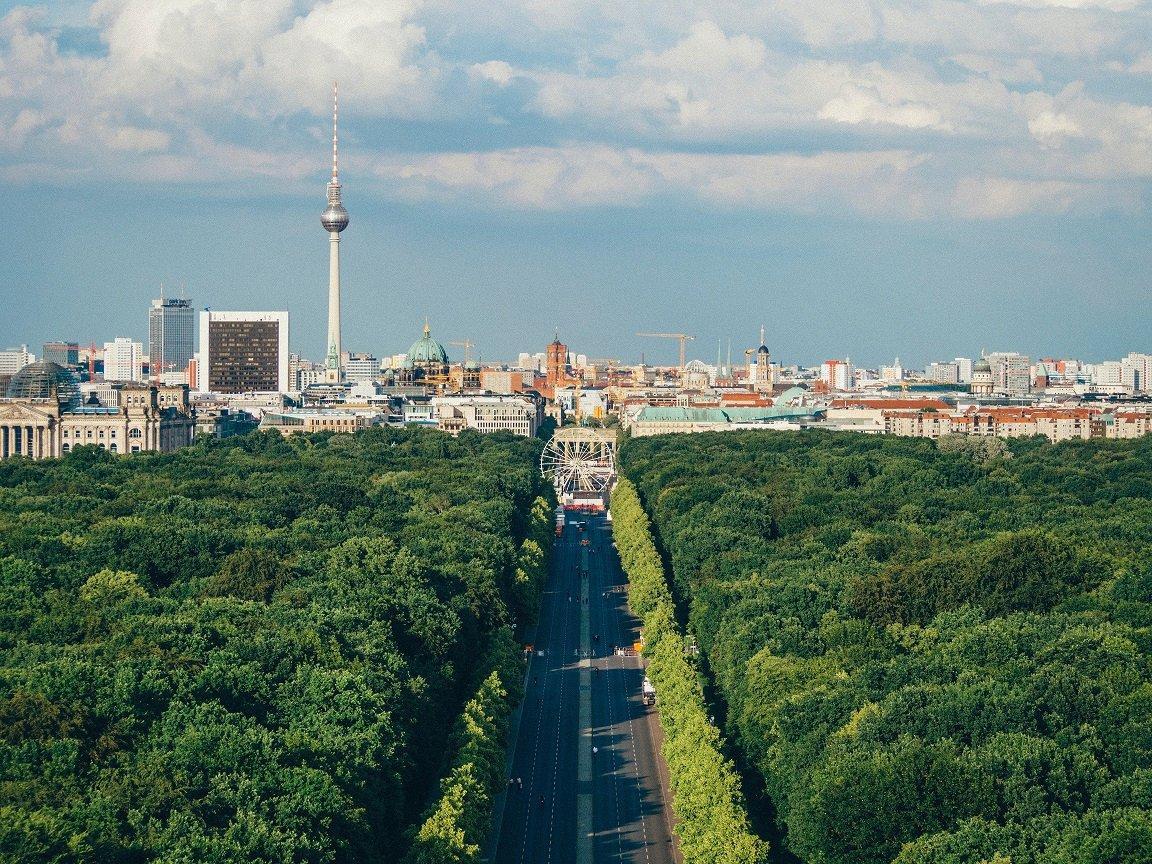 Berliner Tiergarten mit Blick auf Fernsehturm