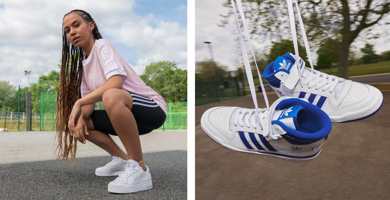 Frau mit adidas Forum in Triple White, Rechts Fokus auf Forum in Weiß mit blauen Streifen