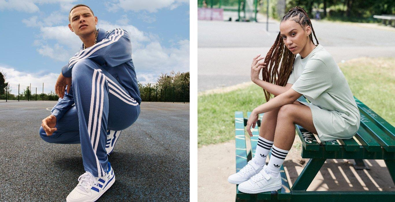 Links Mann mit adidas Forum in Weiß-Blau, Rechts Frau mit adidas Forum in Triple White