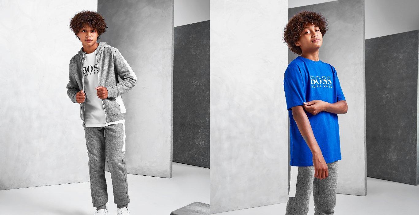 Två bilder på ett barn med BOSS Kids-kläder. På den ena bilden har hen gråa träningsbyxor och grå hoodie, och på den andra har hen en blå T-shirt