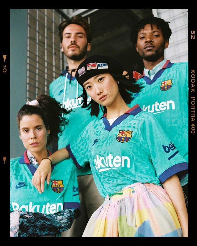 Mujeres y hombres con la tercera equipación 2019-2020 del FC Barcelona
