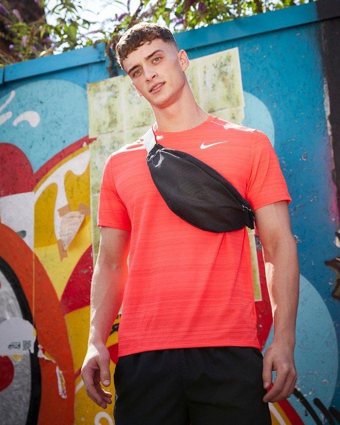Camiseta técnica Nike y riñonera