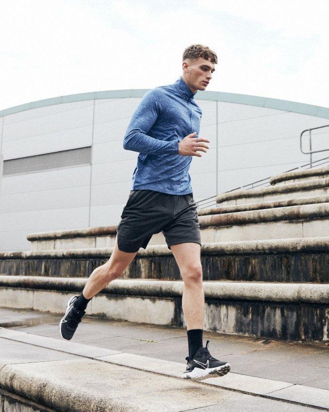 Hombre corriendo con ropa running de manga larga