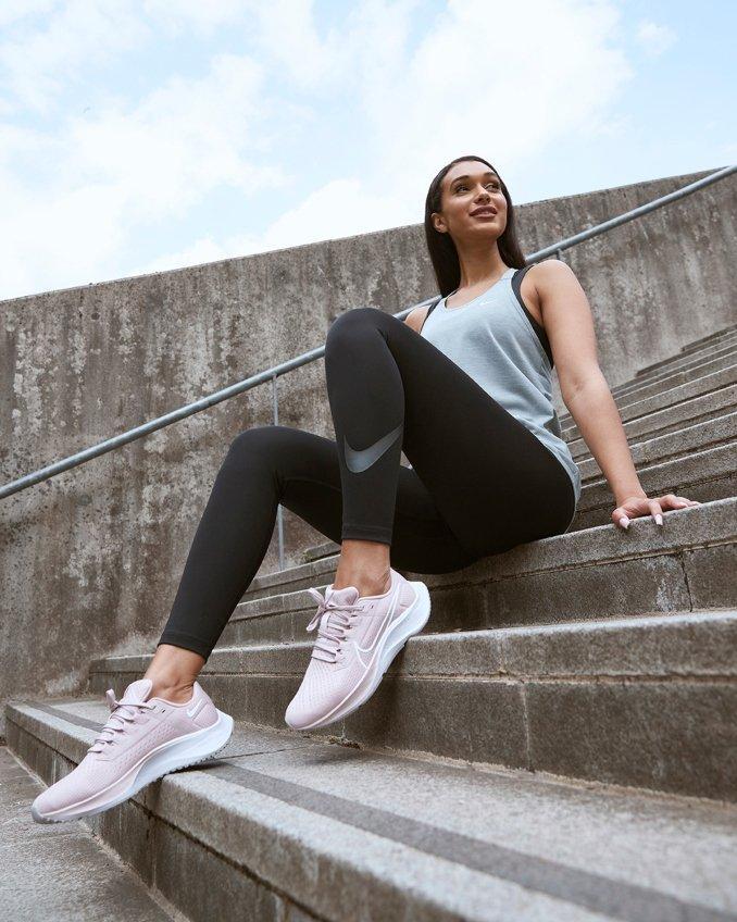 Mujer con mallas y camiseta Nike para running