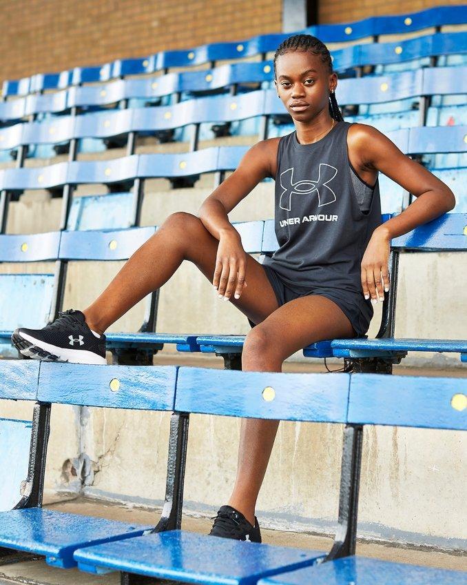 Mujer con ropa de deporte Under Armour