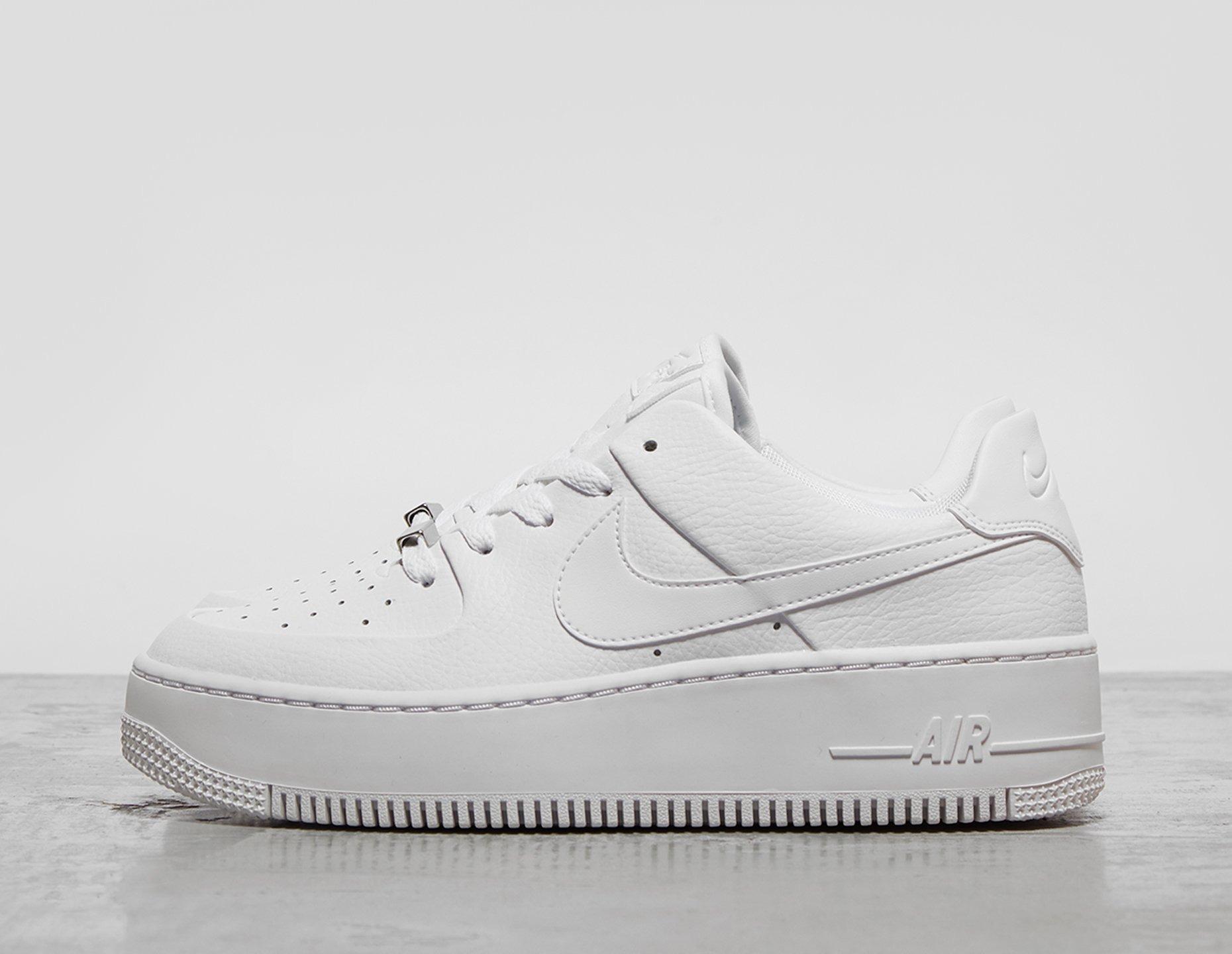 Shoppa Nike Air Force 1 Sage Low Dam i en Vit färg | JD