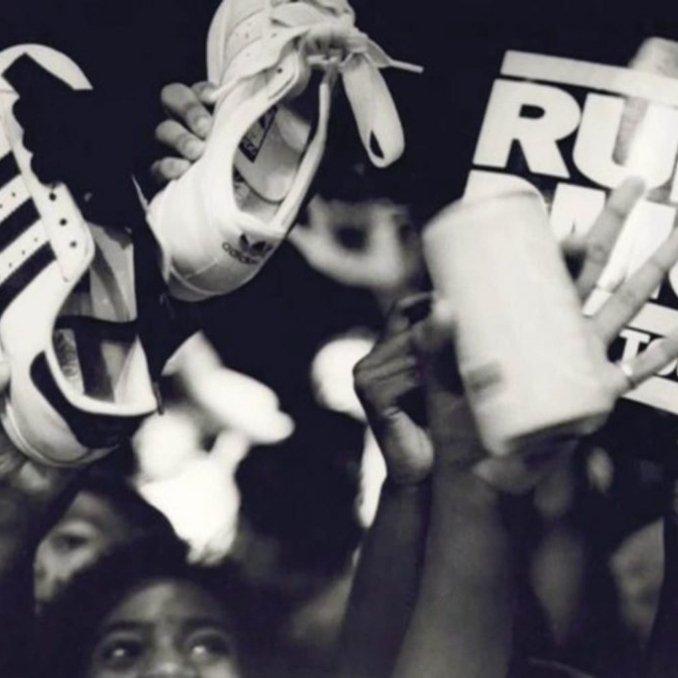 Público mostrando sus adidas Superstar concierto Run DMC