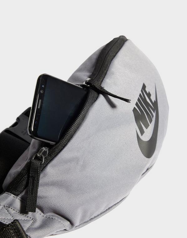 Shop den Nike Heritage Bauchtasche in Grau | JD Sports