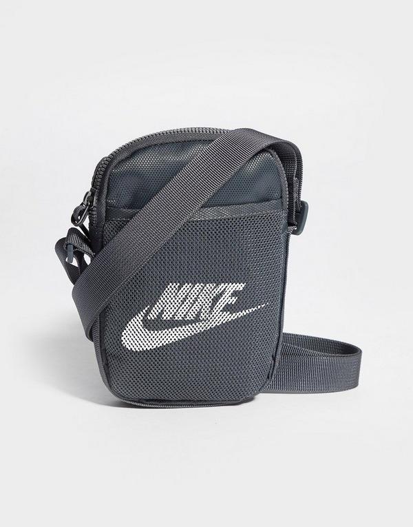 Shoppa Nike Air Max Axelväska i en Grå färg | JD Sports Sverige