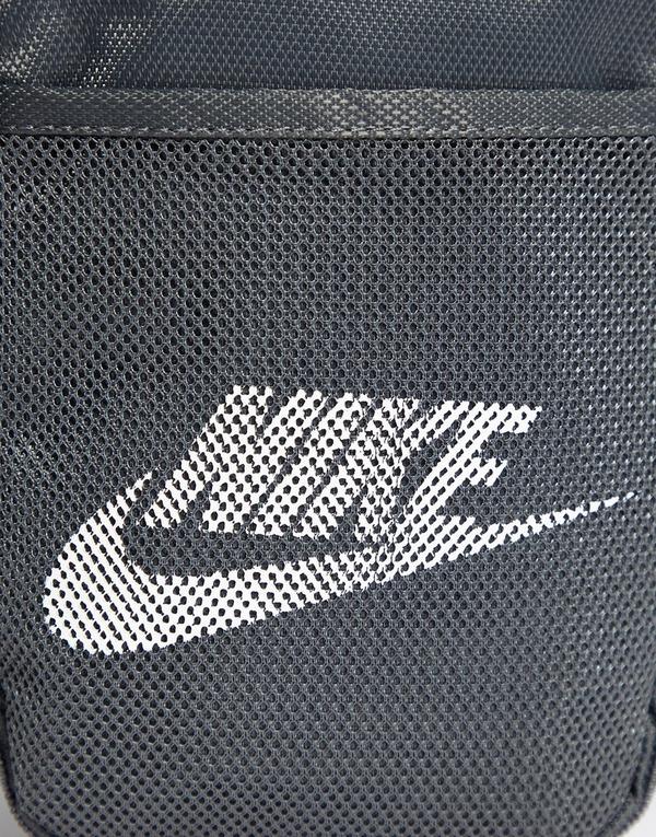 Shoppa Nike Mini Axelväska i en Grå färg | JD Sports Sverige