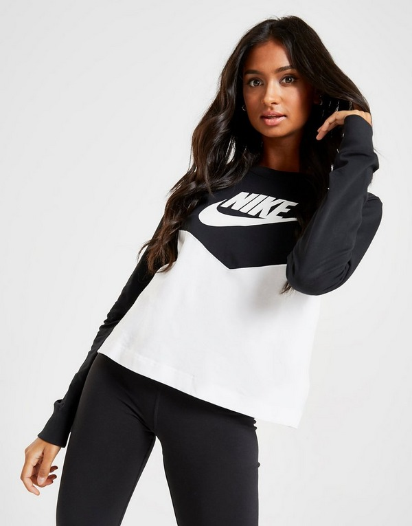 Shoppa Nike Heritage Long Sleeve T Shirt i en Svart färg