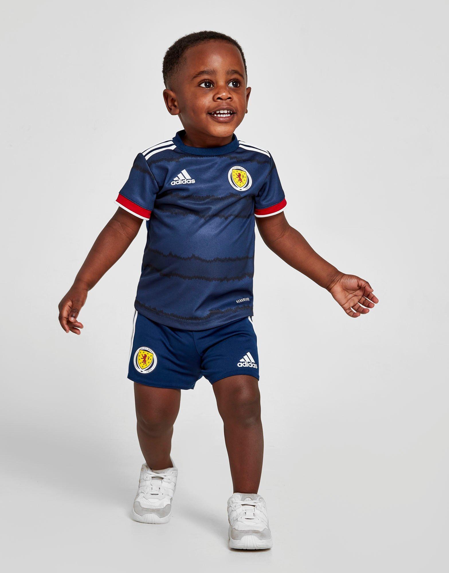Babybekleidung von adidas in Blau.