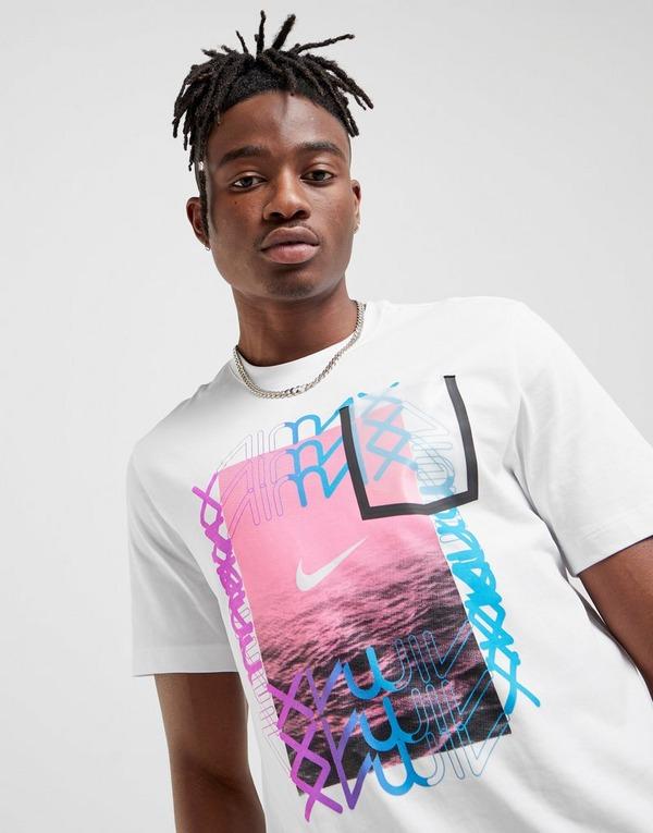 Shoppa Nike Air Max Logo T Shirt Herr i en Vit färg   JD