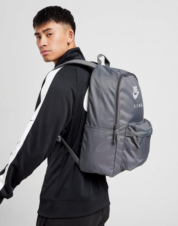 Shop den Nike Air Max Logo Ruckack in Grau   JD Sports