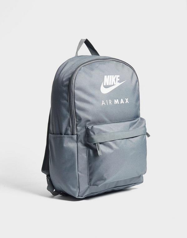 Shop den Nike Air Max Logo Ruckack in Grau | JD Sports