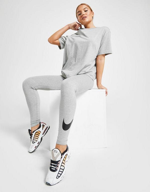 Shop den Nike Essential Logo Boyfriend T-Shirt Damen in Grau ...