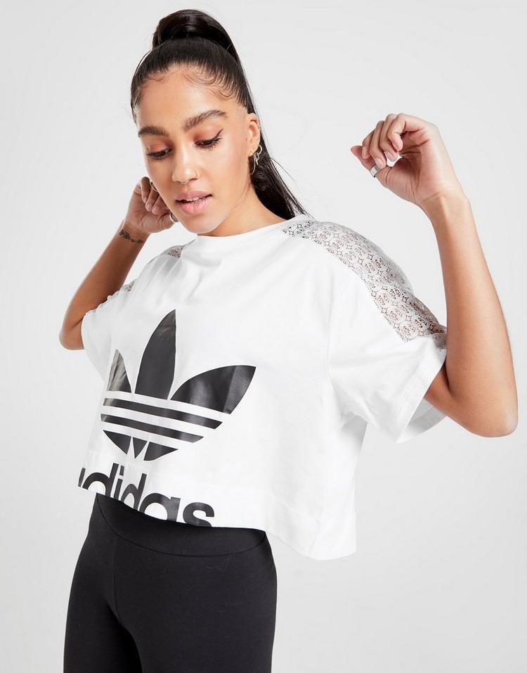 Shoppa adidas Originals Bellista Lace Crop T Shirt Dam i en