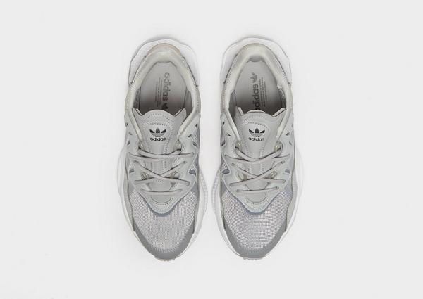 Shoppa adidas Originals Ozweego Junior i en Grå färg   JD