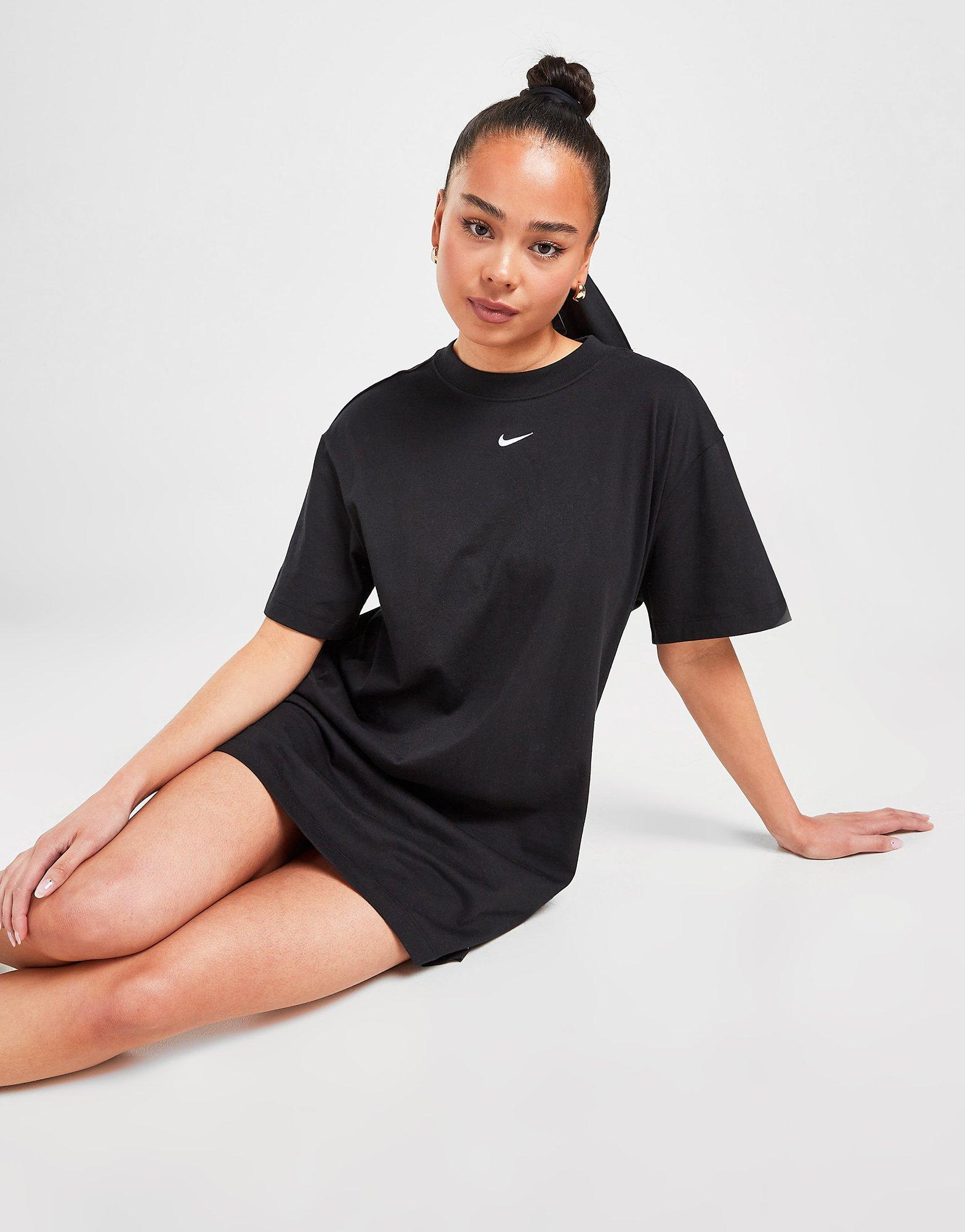 Shoppa Nike Essential T Shirtklänning Dam i en Vit färg