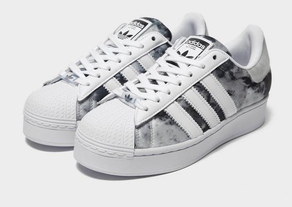 Shoppa adidas Originals Superstar Bold Dam i en Grå färg