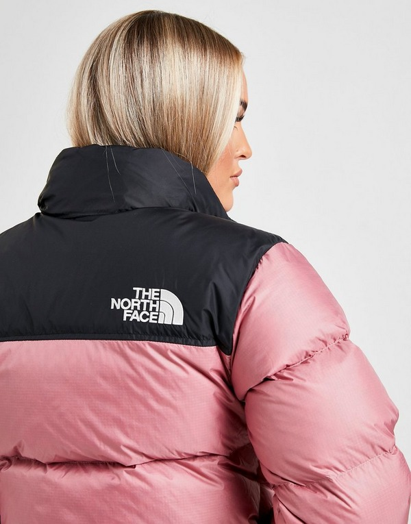 Shoppa The North Face Nuptse 1996 Dunjacka Dam i en Rosa färg