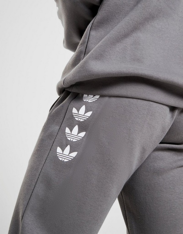 Shoppa adidas Originals Repeat Trefoil Fleecebyxor Herr i en