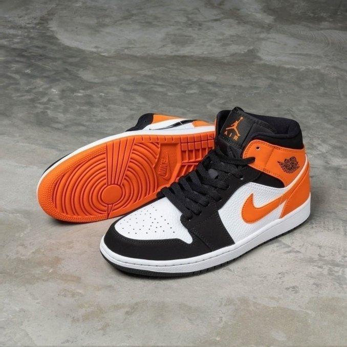 Air Jordan 1 Mid naranjas y blancas