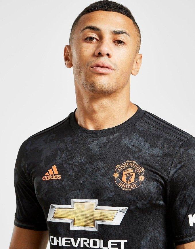Camiseta de la tercera equipación del Manchester United en detalle