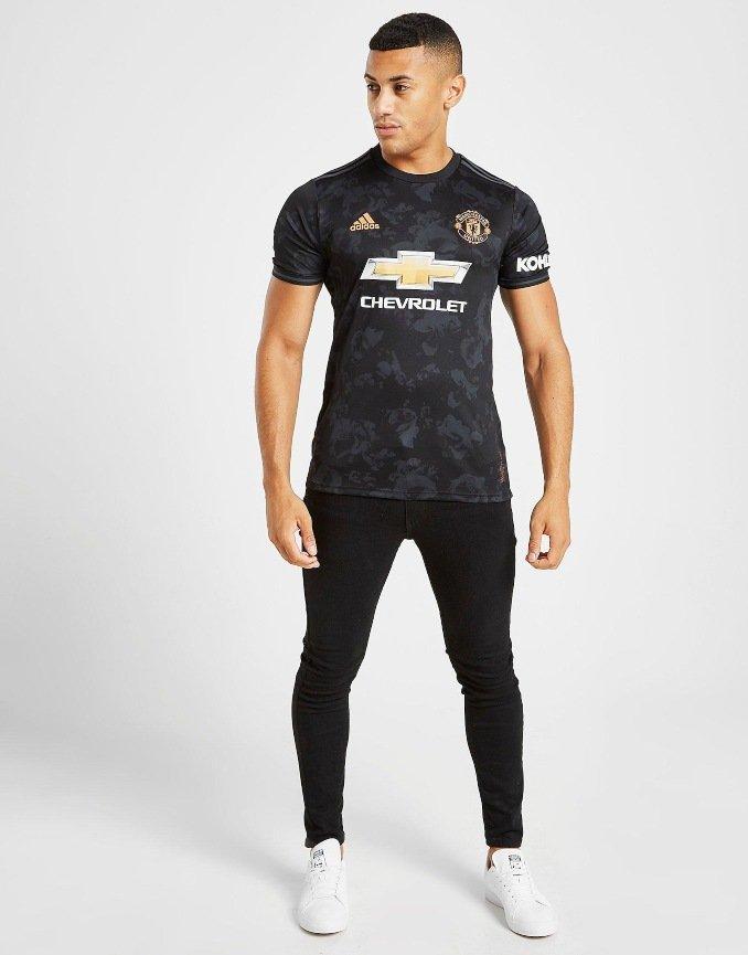 Look de hombre con la tercera equipación 2019-2020 del Manchester United
