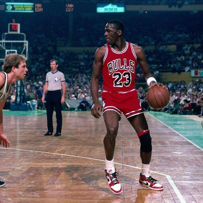 Michael Jordan jugando en la NBA con las Air Jordan 1 High