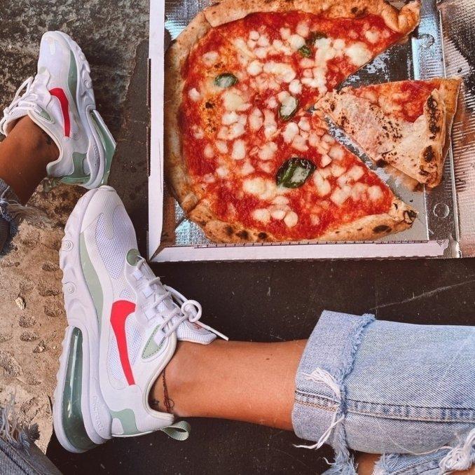Nike Air Max 270 React de mujer con pizza
