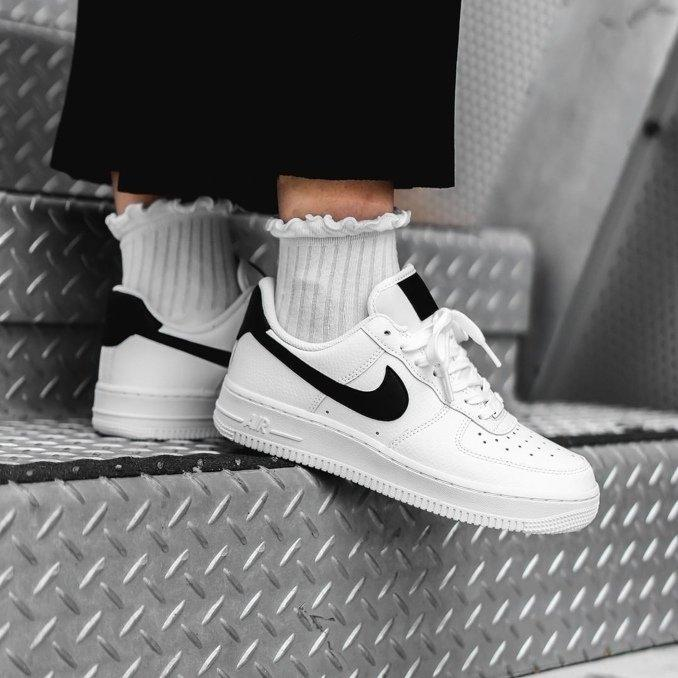 Air Force 1 blancas con Swoosh negro